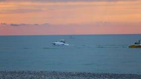 美好的日落天际,享用汽船的人们沿沿海,休息乘坐 影视素材