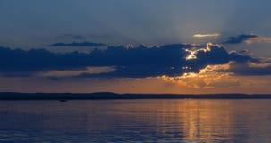 美好的日落湖 库存图片