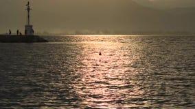 美好的日落的慢动作在海滩的 股票录像