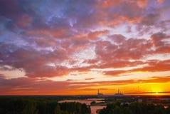 美好的日落的核电站与强烈的蓝色和桃红色多云天空在夏天晚上 免版税库存图片