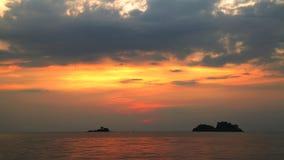 美好的日落的热带海运 背景蓝色云彩调遣草绿色本质天空空白小束 影视素材