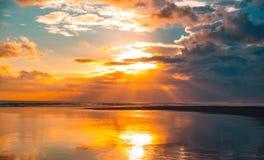 美好的日落的Panarama在海洋的有多云天空的 免版税图库摄影
