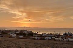 美好的日落 在沙漠建设的渔夫镇 免版税库存图片