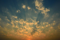 美好的日落/日出在太阳的射线 库存图片