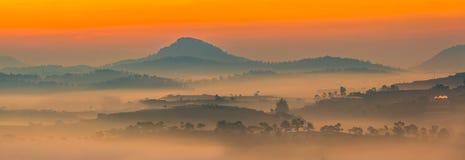 美好的早晨全景环境美化与雾通过山 库存图片