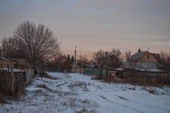 美好的早晨和冬天明亮的日出在1月 郊区和领域盖了雪 免版税库存图片
