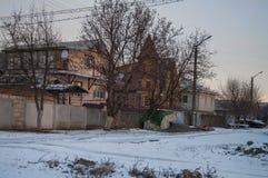 美好的早晨和冬天明亮的日出在1月 郊区和领域盖了雪 库存照片