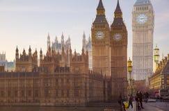 美好的早晨的多重曝光图象在威斯敏斯特桥梁的有走的人民迷离的  看法包括大本钟并且安置 免版税库存照片