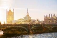 美好的早晨的多重曝光图象在威斯敏斯特桥梁的有走的人民迷离的  看法包括大本钟并且安置 库存图片