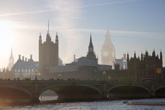 美好的早晨的多重曝光图象在威斯敏斯特桥梁的有走的人民迷离的  看法包括大本钟并且安置 免版税库存图片
