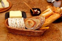 美好的早餐安排用早晨谷物,在棕色口气 库存照片
