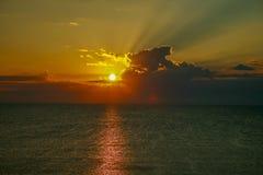 美好的早黎明在海 免版税库存图片