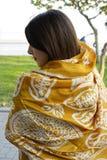 美好的时尚东部妇女画象 一非洲紫罗兰头巾祈祷的亚裔女孩 阿拉伯秀丽 库存照片