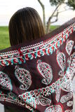 美好的时尚东部妇女画象 一非洲紫罗兰头巾祈祷的亚裔女孩 阿拉伯秀丽 免版税图库摄影