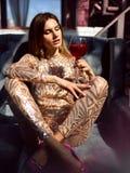 美好的时尚妇女饮料金子闪烁马蒂尼鸡尾酒世界性鸡尾酒 免版税库存图片