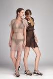 美好的时尚性感两名妇女浅黑肤色的男人和白肤金发 免版税库存照片