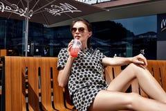 美好的时装模特儿深色的妇女夏天心情偶然collec 免版税图库摄影