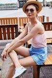 美好的时装模特儿深色的妇女夏天心情偶然collec 免版税库存照片