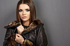 美好的时装模特儿,皮革毛皮衣裳 15个妇女年轻人 库存照片