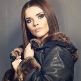 美好的时装模特儿,皮革毛皮衣裳 15个妇女年轻人 免版税库存照片
