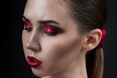 美好的明亮的深色的黑暗的方式女孩魅力她的高嘴唇查找构成镜子纵向红色反映性感的表 魅力特写镜头美好的加州秀丽画象  免版税库存图片