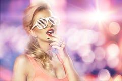 美好的明亮的深色的黑暗的方式女孩魅力她的高嘴唇查找构成镜子纵向红色反映性感的表 魅力生活方式白肤金发的妇女 免版税库存照片