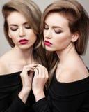 美好的明亮的深色的黑暗的方式女孩魅力她的高嘴唇查找构成镜子纵向红色反映性感的表 魅力美丽的性感的深色的与明亮的构成的女孩女性模型时尚画象和红色嘴唇和她的稀土 库存图片
