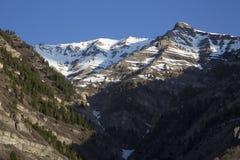 美好的春天熔化的雪加盖了落矶山脉场面 库存图片