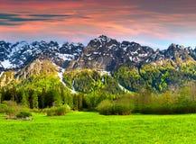 美好的春天风景在瑞士阿尔卑斯, Bregaglia 免版税图库摄影