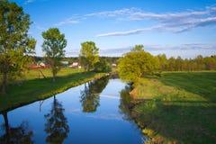 美好的晚上夏天风景有河的看法 免版税库存照片