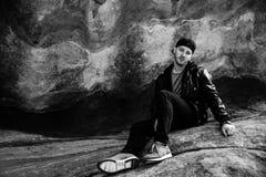 美好的有吸引力的年轻现代在自然老古老石头红色岩石W前面的时尚成人模型黑白画象  免版税库存照片