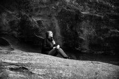 美好的有吸引力的年轻现代在自然老古老石头红色岩石W前面的时尚成人模型黑白画象  图库摄影