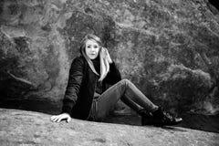 美好的有吸引力的年轻现代在自然老古老石头红色岩石W前面的时尚成人模型黑白画象  免版税图库摄影