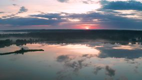 美好的有薄雾的黎明在春天在河的 股票视频