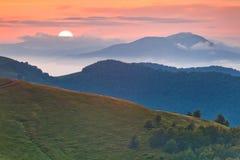 美好的有雾的日落 免版税库存图片