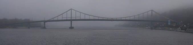 美好的有雾的早晨都市风景 步行桥到富有的雾的,薄雾背景Trukhanov海岛 库存图片