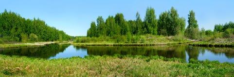 美好的本质全景风景 俄罗斯的小河 免版税库存照片