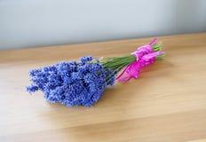 美好的束淡紫色栓与桃红色丝带 免版税库存图片