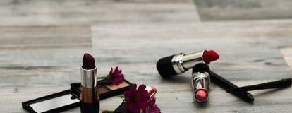 美好的构成、红色嘴唇和卷毛 秀丽表面 Insta颜色 库存图片