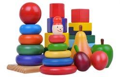 美好的构成与woden玩具、金字塔、果子和崽 免版税库存图片