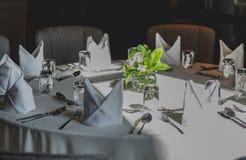 美好的桌设置在一家豪华餐馆 库存照片