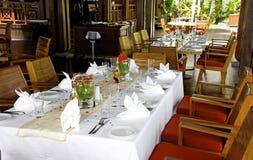 美好的桌设置在食家餐馆 免版税库存照片