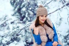 美好的森林女孩冬天 免版税库存图片