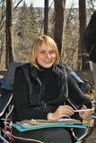 美好的森林女孩微笑 免版税库存图片