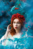 美好的模型五颜六色的秋天画象用花楸浆果 免版税库存照片