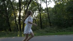 美好的模型在浪漫美丽的白色礼服穿戴了有照片射击在森林赛跑- 股票录像