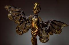 美好的模型演播室画象与幻想金黄蝴蝶人体艺术的 免版税库存照片