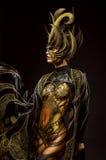 美好的模型演播室画象与幻想金黄蝴蝶人体艺术的 免版税库存图片