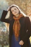 美好的模型用在她长的头发的手 免版税库存照片