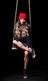 美好的模型画象在红色摆在绳索的帽子和夹克的 库存照片
